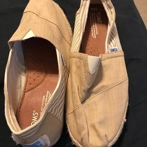 Men's size 10.5 Toms. Never worn.